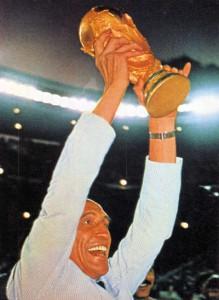 Enzo Bearzot alza la Coppa del Mondo 1982