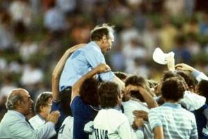 Spagna 1982 - Bearzot portato in trionfo dai giocatori